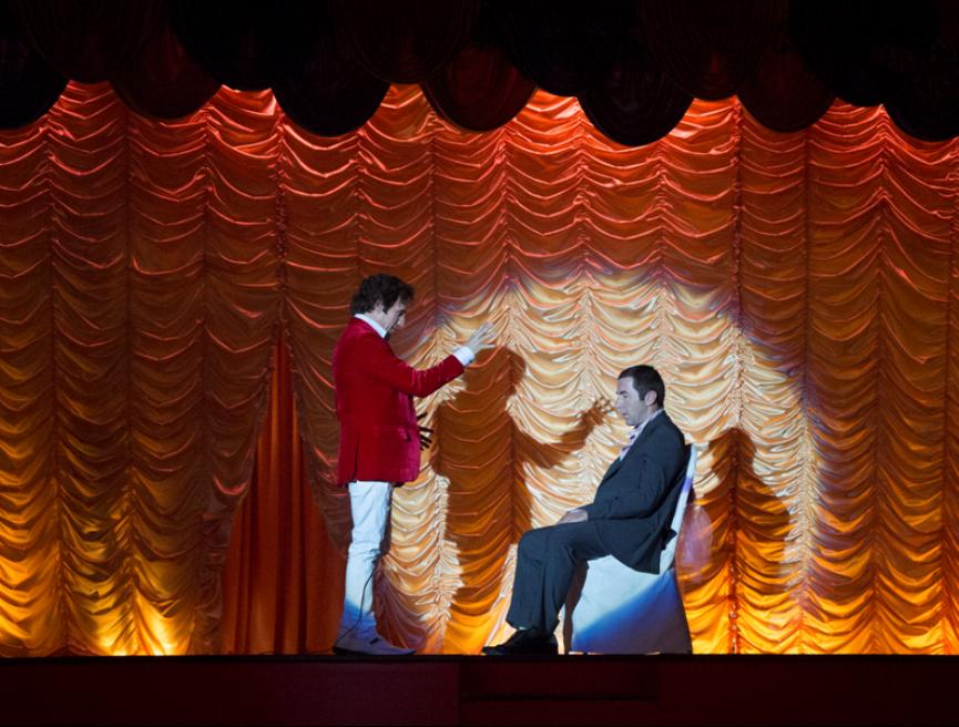 José Mota hipnotiza a Antonio de la Torre en la película Abracadabra